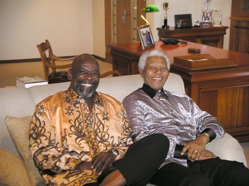 Chris Gardner bên cạnh cố Tổng thống Nam Phi Nelson Mandela. Ảnh: blogspot.com
